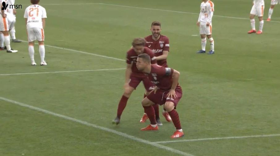 Podolski, gol sevinci ile herkesi güldürdü.