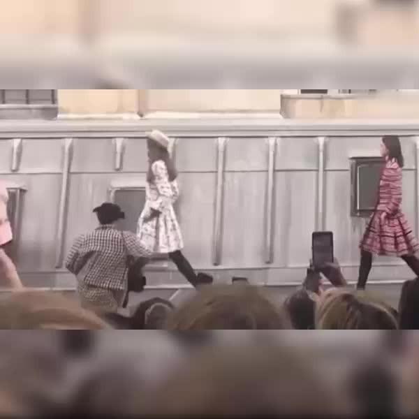 Gigi Hadid, mankene özenen kadını sahneden kovdu